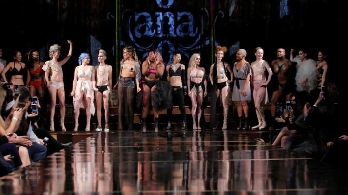 Mulheres que venceram o câncer de mama desfilam na semana de moda, em Nova York.