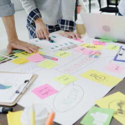 grupo-de-executivos-vestidos-ocasionalmente-que-discutem-ideias-no-escritorio_7861-1633