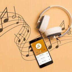 vista-superior-do-smartphone-com-fones-de-ouvido-e-notas-musicais_23-2148520197